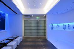 Olympus – Hambourg  Voici le show-room du fabriquant de matériel médical Olympus situé à Hambourg (Allemagne). Cet espace signé par le cabinet d'architectes Allemand Von Weichs Architekten à souhaité faire appel à la société de conception lumière Licht 01 Lighting Design pour mettre en avant les produits de la marque.