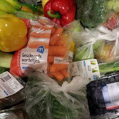 1 november 2013. Anders eten betekent ook anders boodschappen doen. Vandaag viel me op hoe mooi kleurrijk mijn kar eruit ziet als ik klaar ben op de groenten- en fruitafdeling.
