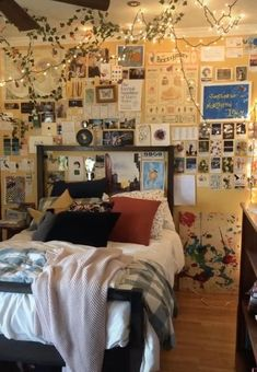 Arty Bedroom, Grunge Bedroom, Cute Bedroom Decor, Room Ideas Bedroom, Small Room Bedroom, Hipster Room Decor, Bedroom Vintage, Artistic Room, Retro Bedrooms