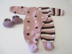 grenouillère pour bébé tricotée-main en laine Bébé merinos de fonty Knitting Wool, Knitting For Kids, Baby Knitting, Crochet Doll Pattern, Crochet Dolls, Knit Crochet, Laine Katia, Crochet Doll Clothes, Doll Tutorial