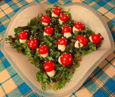 It's quail eggs, cherry tomatoes, lettuces and tartar sauce! Salad Presentation, Fairy Food, Mushroom Salad, Alice In Wonderland Tea Party, Quail Eggs, Fruits And Veggies, Vegetables, Looks Cool, Cute Food
