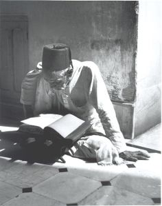 an old man read Quran e Pak