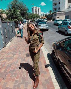 קצת מסונוורת Military Female, Military Women, Military Jacket, Israeli Female Soldiers, Assault Vest, Israeli Girls, Idf Women, My Kind Of Woman, Brave Women