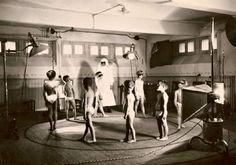 Mines domaniales de potasse d'Alsace, à Mulhouse. Salle des rayons ultra-violets pour les enfants (1935). Ces séances UV étaient destinées à lutter contre le rachitisme.(le comptoir de Titam)