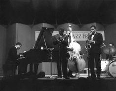 Herbie Hancock, Miles Davis, Ron Carter, Wayne Shorter & Tony Williams, Newport Jazz Fest 1967 Photo by David Redfern Jazz Artists, Jazz Musicians, Music Artists, Newport Jazz Festival, Tony Williams, Classic Jazz, Classic Rock, Wayne Shorter, Afro
