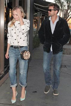 We think this is the perfect date outfit! Diane Kruger stepped out with beau Joshua Jackson in a pair of cuffed boyfriend jeans, light blue high heels and a gorgeous cropped monochrome sweater.