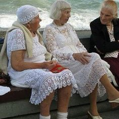Love these ladies in their lace dresses at the beach - Niet mijn smaak, wel super verzorgd! Diy Crochet And Knitting, Crochet Clothes, Crochet Dresses, Lace Dresses, Filet Crochet, Fashion Beauty, Womens Fashion, Old Women, Knit Dress