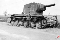 Czołg ciężki KW-2 porzucony już za Przemyślem, jednak wciąż na ulicy Lwowskiej