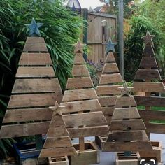 Top Scrap Wood Projects Diy Tips! Top Scrap Wood Projects Diy Tips!If you are only beginning, then you might be searching for some woodworking projects for beginners. Pallet Tree, Pallet Christmas Tree, Christmas Tree Design, Christmas Wood, Outdoor Christmas Decorations, Christmas Tree Ornaments, Christmas Island, Pallet Projects Christmas, Christmas Palette