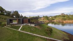 Refugio moderno en Guatapé Tiny House Design, Modern House Design, Modern Mountain Home, Architect Design, Restaurant Design, My Dream Home, My House, House Plans, New Homes