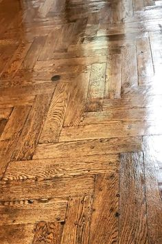 Un pavimenti in legno, può raccontare un storia, e il suo vissuto è una meravigliosa storia da  #pavimentiantichi #legno #wood #wooddesign Hardwood Floors, Flooring, Parquetry, Wood Floor Tiles, Wood Flooring, Floor