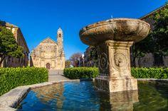 Úbeda, Jaén  Entre los campos de olivos que jalonan la provincia de Jaén podrás encontrar uno de los lugares más bonitos de Andalucía. Úbeda, como su hermana Baeza, posee una riqueza arquitectónica esplendorosa que, a diferencia de la mayoría de las bonitas ciudades andaluzas, no proviene de la época musulmana, ya que Isabel la Católica ordenó demoler gran parte de las fortificaciones árabes. Esta ciudad de aires renacentistas ofrece también muy buenos restaurantes y bares de tapas.