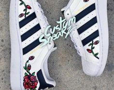 Adidas Superstar personalizado para hombres y mujeres, Adidas personalizado pintado a mano diseño floral, diseño de color de rosa, tamaños Unisex, Adidas superstar, Original
