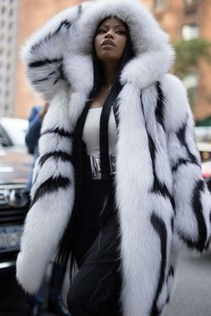 The chicest street style at New York Fashion Week featuring Nicki Minaj, models off-duty, and more of the best dressed showgoers for Spring Nicki Minaj Outfits, Nicki Minaj Pictures, Nicki Manij, Nicki Minaj Barbie, Boujee Outfits, Outfits For Teens, Fur Fashion, World Of Fashion, Nicki Minaj Wallpaper