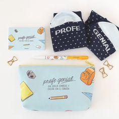 Pack de regalo para profes geniales que incluye batería para el móvil, calcetines, estuche, boli y tarjeta. Se puede personalizar con el nombre