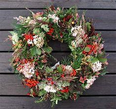 Hälsa hösten och dina gäster välkomna med en mustig dörrkrans!