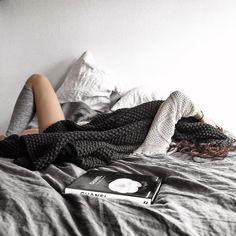 Девушка в депрессии. Усталость. Утро.