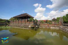 Bale Kambang di tengah-tengah taman Kerta Gosa, menjadi dramatis dengan bayangan di permukaan air. Bali