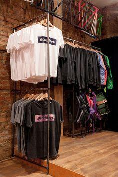 Bici, café y lycra Standert Bicycle café store Boutique Interior, Clothing Store Interior, Clothing Store Displays, Clothing Store Design, Showroom Interior Design, Boutique Design, Fashion Store Design, Shoe Store Design, Retail Store Design
