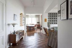 San Paolo Bauhaus. Consolle di modernariato e, nella sala da pranzo adiacente, sedute con rivestimento in pelle firmate Hans J. Wegner.