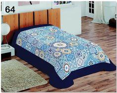 Niebieskie koce do sypialni z jasnoniebieskimi wzorkami