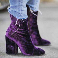 Wie cool sind denn bitte diese Boots? Lila Stiefeletten aus Samt sind ein richtiger Hingucker und bringen dich stylisch durch den Tag. Samt / boots / Stiefeletten / Schuhe / shoes / lila / cool / Vintage / retro | Stylefeed