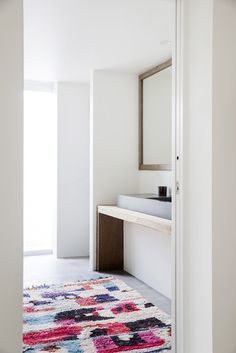 Abstract art! 'LUCILLE' Vintage Moroccan Boujad rug is absolutely perfect in this minimalist bathroom. Available at tigmitrading.com
