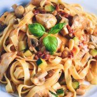 Pasta med cremesauce og kylling. Nem hverdagsmad. Nem pastaret med kylling. Lækker hverdags cremet pasta med kylling.