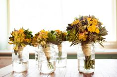 Little bouquets, you are perfect for my wedding, come and visit me. Via Stylemepretty.