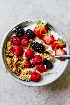 Granola & Yogurt Bowls Ways). Granola & Yogurt Bowls Ways)! Easy to make and perfect for busy mornings! Greek Yogurt Breakfast, Breakfast Bowls, Mexican Breakfast, Breakfast Sandwiches, Breakfast Pizza, Healthy Yogurt, Healthy Fruits, Healthy Breakfast Recipes, Healthy Snacks