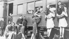 Muchos protagonistas de estas fotografías, que en mayoría fueron tomadas durante la Segunda Guerra Mundial, no sabían si volverían a verse algún día. Conmovedoras despedidas y apasionados reencuentros reflejan toda la fuerza del amor, que no conoce de impedimentos ni obstáculos.