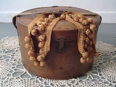 It is a wonderful Victorian hat-box with a hinged lid that fastens the box,with a lockable clasp and a strap and buckle which acts as a handle. The hat-box is intended to secure the safekeeping of … Vintage Hat Boxes, Vintage Suitcases, Vintage Luggage, Vintage Items, Vintage Hats, Victorian Hats, Victorian Decor, Types Of Hats, Western Hats