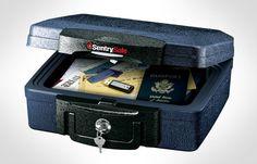 Огнестойкий бокс SentrySafe H0100 предназначен не только для надежного хранения, а так же для легкой транспортировки Ваших ценностей (благодаря удобной ручки для переноски). Бокс обеспечивает оптимальную защиту не только от огня, но и от воды.