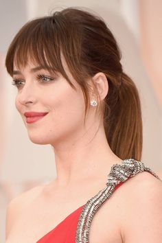 Why Dakota Johnson is now officially our go-to girl for beauty and hair inspo Fifty Shades of Grey star Dakota Johnson has had a number of different hair & makeup looks over time - see them on (UK) Short Hair With Bangs, Hairstyles With Bangs, Cool Hairstyles, Full Fringe Hairstyles, Celebrity Hairstyles, Medium Hair Styles, Short Hair Styles, Actrices Sexy, Straight Ponytail