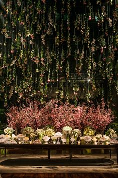 Decoração de casamento com chuva de flores na mesa de doces - Constance Zahn | Casamentos