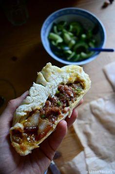 milchmädchen.: Riesen-Baozi mit geschmortem Schweinebauch, Salz-Ei und Frühlingszwiebel-Fleisch-Füllung