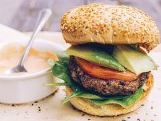 Burger haricots noirs et pommes Salmon Burgers, Hamburger, Sandwiches, Gluten, Vegan, Chicken, Ethnic Recipes, Food, Wraps