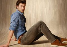 casual herenpantalon - slim fit maar niet skinny - broekspijp aangesloten valt op de schoen