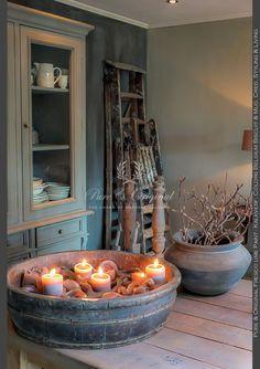 die bak met kaarsen doet denken aan de aloude druipkaars die in de vorige eeuw zo populair was. Is een variant op hetzelfde thema.