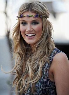 Top 17 Delta Goodrem Hairstyles Delta Goodrem Hairstyles: Mid-Split Long Curls with Headband Boho Hairstyles, Pretty Hairstyles, Wedding Hairstyles, Look Boho, Look Chic, Boho Style, Headband Curls, Flower Headband Hairstyles, Hairband Hairstyle