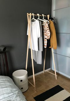 Diy wooden clothing rack. Puinen vaaterekki. Diy Furniture Couch, Diy Furniture Easy, Space Saving Furniture, Furniture For Small Spaces, Vintage Furniture, Furniture Design, Pipe Furniture, Industrial Furniture, Vintage Industrial