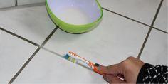 Fugen in Bad und Küche scheinen den Staub magnetisch anzuziehen. Wie man sie am besten sauber bekommt? Hier sind gute Tipps, die du sofort anwenden kannst.