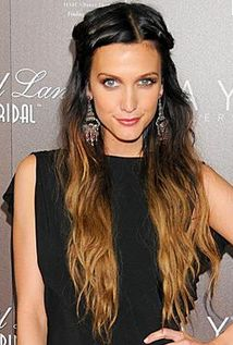Ashlee Simpson: Classic Ombre where the demarcation line between the darker root and lighter tip is obvious