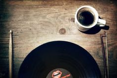 Vinyl & káva-Foto:Creative Commons Attribution-NonComercial-NoDerivs 2.0 Generic