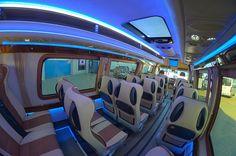 Do dyspozycji pasażerów są stoliki, klimatyzacja, wi-fi oraz dvd