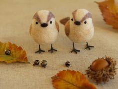 丸ころんっとした、かわいい仲良し小鳥さん♪足はワイヤーと刺繍糸で作ってあるそうです。