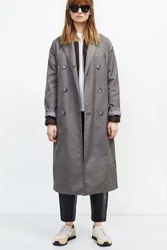 Плащ Wood Wood, пуховик Uniqlo, футболка Lava, штаны H&M x Alexander Wang, кроссовки Spalwart, очки Céline