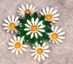 Daisy Flowers Pin / Enamel Metal Brooch / Vintage / Retro Style Flower Child / Costume Jewelry    Retro style flower child petite Daisy cluster