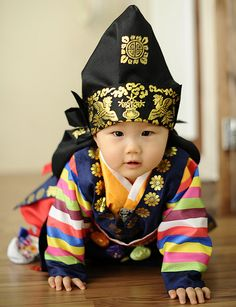 Baby in a hanbok - traditional Korean garb Cute Outfits For Kids, Cute Kids, Cute Babies, Kids Around The World, People Of The World, Korean Traditional Dress, Traditional Dresses, Costume Ethnique, Human Babies