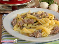 Pasta salsiccia e funghi con Magic Cooker ricetta primo piatto facile e veloce da preparare, leggero, senza soffritto e senza bollire l'acqua per la pasta